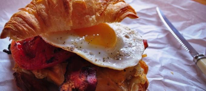 croissant lard hash browns oeufs
