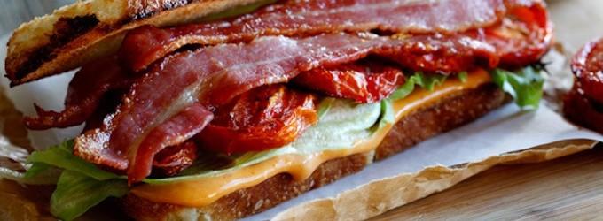 Le sandwich aux tomates rôties et au lard